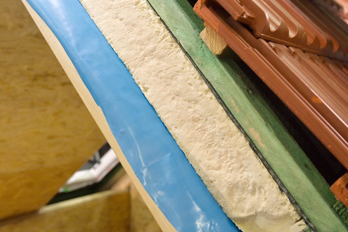Schuin dak isoleren: werkwijze & geschikte isolatiematerialen